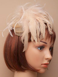 Fascinator / Narrow satin aliceband with net and feather.